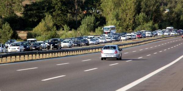 Tatilden erken dönenler Bolu TEM'de trafiği durma noktasına getirdi