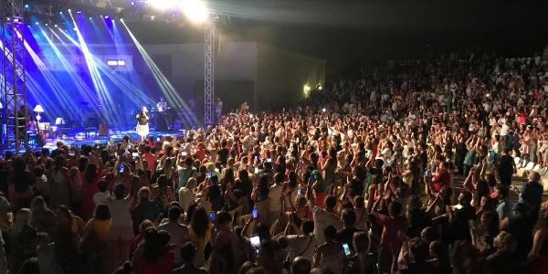 Sertab Erener bayramın 4. gününde Kuşadası'nda hayranlarını coşturdu