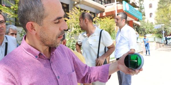 Dikkatli vatandaş  ATM'deki  kart kopyalama cihazını söküp polise verdi
