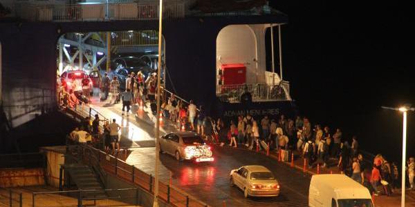 Bandırma'da bayram tatilinin son gecesi feribot kuyruğu