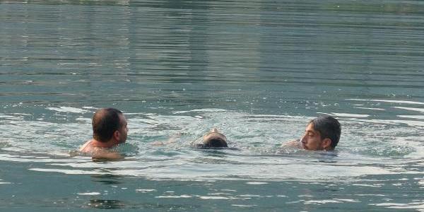 Adana'da intihar için nehre atlayan kadını vatandaşlar kurtardı