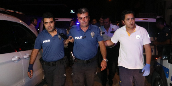 Adana'da polis yardımına gittiği travestinin saldırısına uğradı