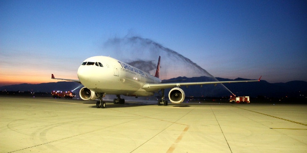 Koca Seyit Havalimanı'nda Airbus A330'a su köprülü karşılama