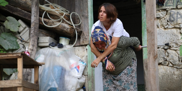 Rize'de 39 yaşındaki kadın evine annesinin sırtında gidiyor
