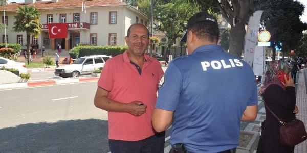 Yolda karşılaştığı polis sayesinde dolandırılmaktan kurtuldu