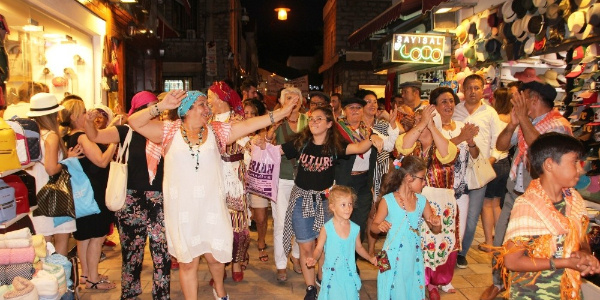 Bodrum'un en ünlü sokağında develi kortej