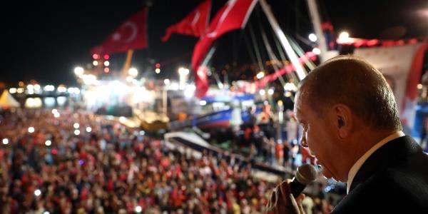 Cumhurbaşkanı Erdoğan gece yarısı Kireçburnu'nda balıkçılarla buluştu