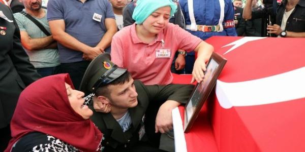 Şehit annesi oğlunun cenaze töreninde seslendi: Kanlarını içeceğim