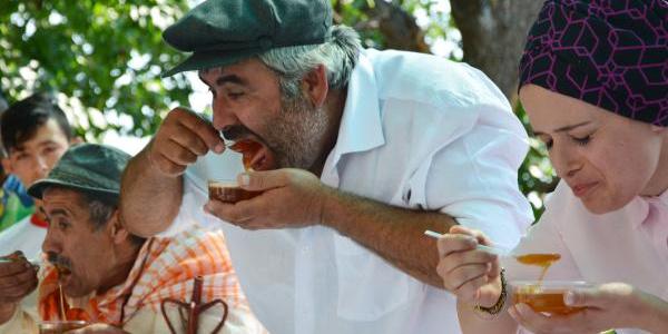Antalya Finike'de vatandaşlar en çok bal yemek için yarıştılar