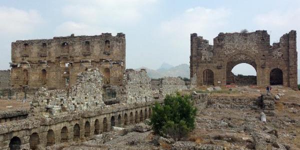 Aspendos'taki yapıların resterasyonu için harç, tuğla ve taşlara inceleme