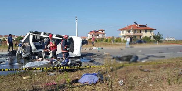 Sakarya Kocaali'de hafif ticari araç motosikletlileri biçti: 8 ölü