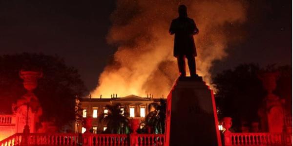"""Brezilya'nın 200 yıllık """"Ulusal Müzesi"""" yandı"""