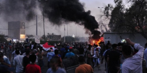 Basra'da isyancılar  valilik binasını ateşe verdi: 8 ölü