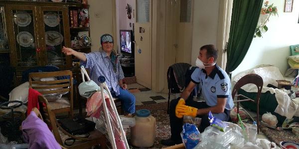 Bursa'da komşuların şikayetçi olduğu evden 10 kamyon çöp çıktı
