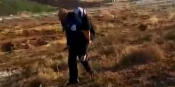 Polis sınırda yaralanan Suriyeli kadını sırtında 2 kilometre taşıdı