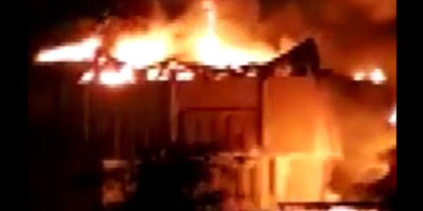 Irak'ın Basra kentinde belediye binası ateşe verildi