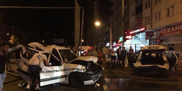Trabzon'da TIR ile 3 otomobilin karıştığı kazada 7 kişi yaralandı