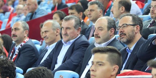 Trabzon'daki Türkiye-Rusya maçını 4 bakan tribünden izledi
