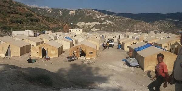 Rusya'nın bombaladığı İdlib'den kaçan 2 bin kişi, çadırlara yerleştirildi