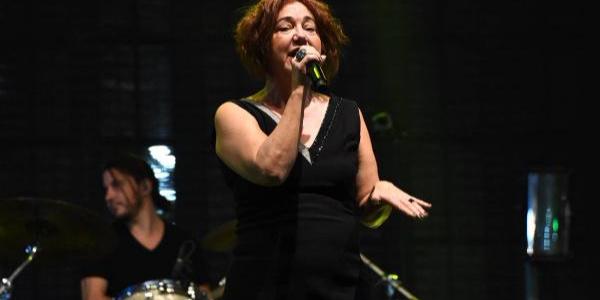 87. İzmir Fuarı'nın ilk konserini Nazan Öncel verdi