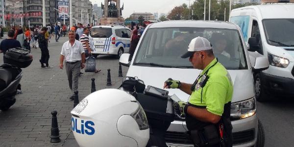 Taksim'de cep telefonu ve kemer yüzünden sürücülere ceza yağdı