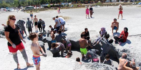 Burdur'daki Salda Gölü'nde çamura bulanarak şifa arıyorlar