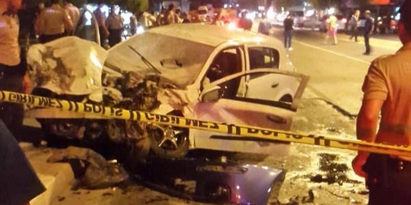 İzmir Bayraklı'da 3 otomobil birbirine girdi: 1'i çocuk 7 yaralı