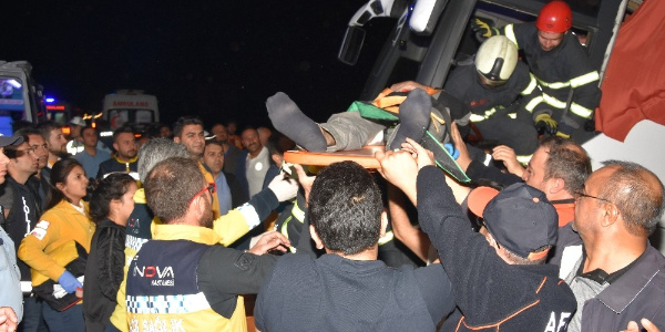 Aksaray -Ankara yolunda can pazarı: Devrilen otobüste 17'si polis 41 yaralı