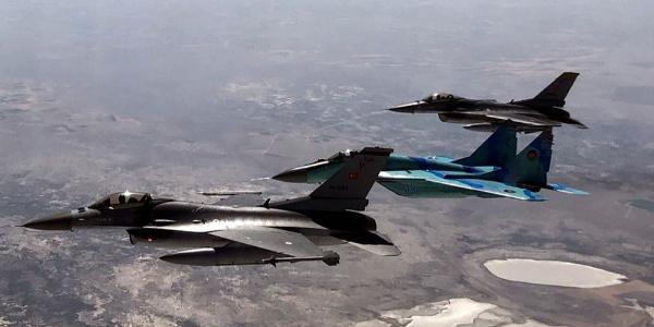 Konya'da Türk ve Azeri savaş uçaklarından ortak tatbikat