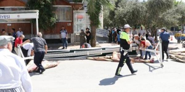 Mersin'de Cuma namazında gölgelik devrildi: 1'i ağır 3 yaralı