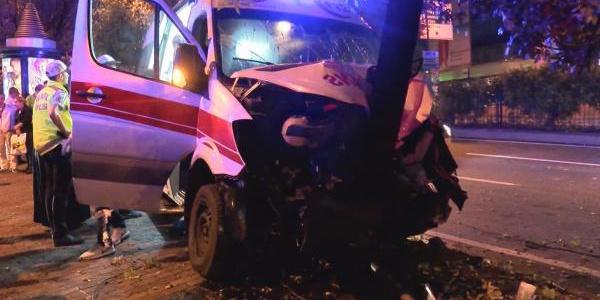İstanbul'da hasta taşıyan ambulans ağaca çarptı: 6 yaralı