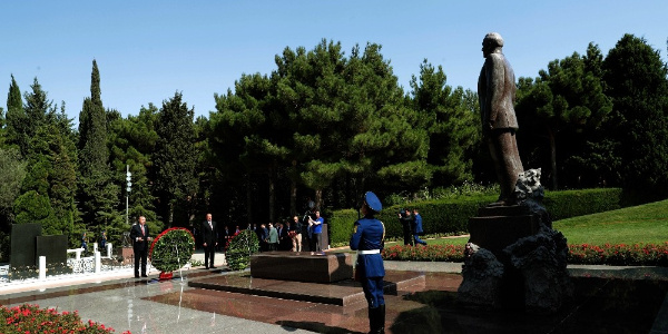 Cumhurbaşkanı Erdoğan Bakü'de Türk şehitliğini ziyaret etti