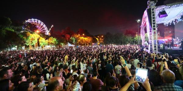 İzmir'de binlerce kişi Kolpa ile coştu