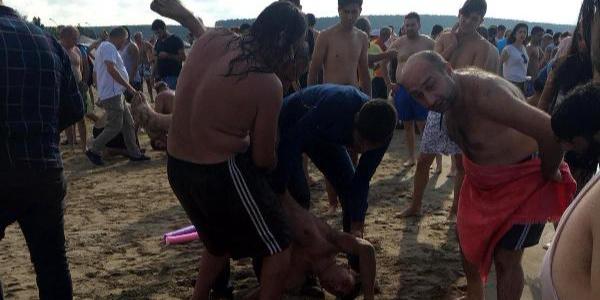 Cebeci plajında 3 kişi son anda boğulmaktan kurtarıldı