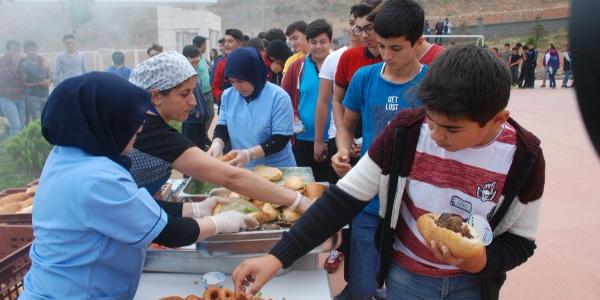 Tokat'ta okulun ilk günü öğrencilere mangal partisi sürprizi