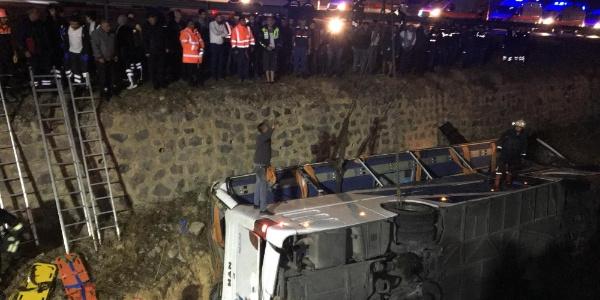 Afyonkarahisar'da su kanalına devrilen otobüste 4 ölü, 25 yaralı