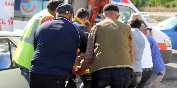 Erzurum'da araç içinde sıkışanları vatandaşlar çıkardı