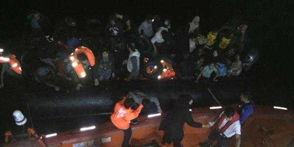 Kuşadası'nda lastik bottan 22'si çocuk 46 kaçak çıkarıldı