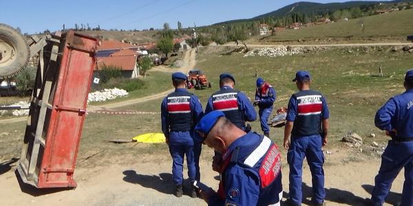 Kütahya Emet'te traktör devrildi: 2 ölü, 1 yaralı