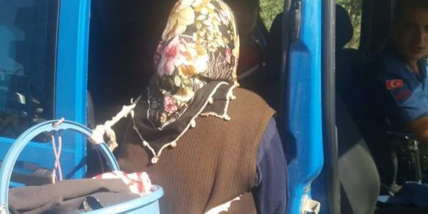 Jandarmadan alkışlanacak hareket : Yolda kalan yaşlı kadını araca alıp evine bıraktı