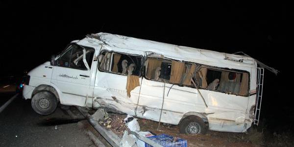 Gaziantep'te tarım işçisi dolu minibüs bariyerlere çarptı: 17 yaralı