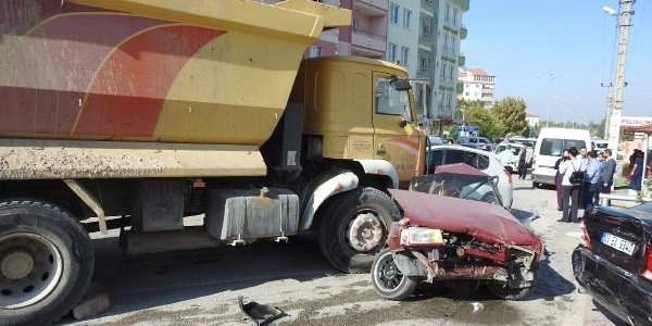 Çorum'da kamyon dehşeti; Park halindeki 16 otomobile çarptı