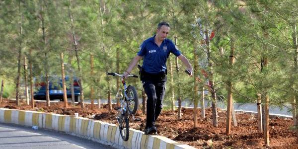 Bisikletli iki çocuk, takıldıkları TIR'ın altında kalarak öldü
