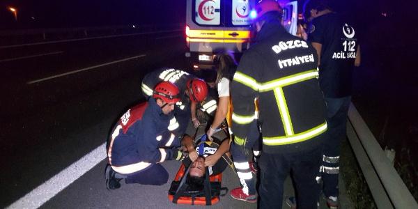 Düzce TEM'de kamyonet duran otomobile çarptı:  5 yaralı