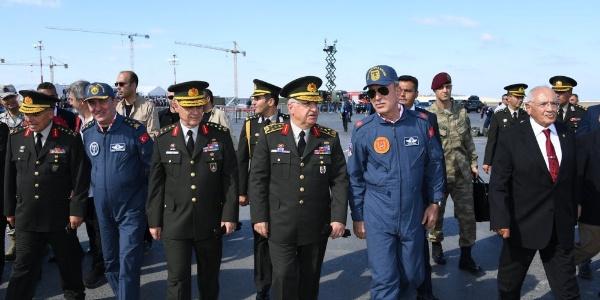 Milli Savunma Bakanı Akar komutanlarla birlikte  TEKNOFEST'e gitti