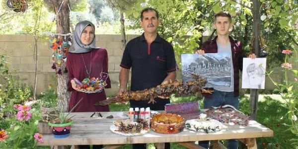 Aile boyu sanatçılar: Baba ağaçla, kızı taşla, oğlu ise kara kalemle...