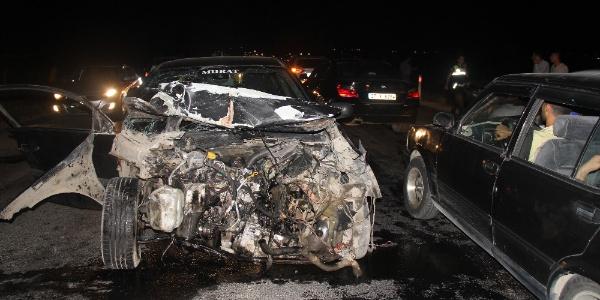 Şanlıurfa Birecik'te 2 otomobil kafa kafaya çarpıştı: 6 yaralı