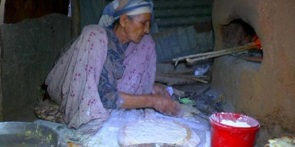 Muş'ta 91yaşındaki Çiçek Nine gençlere taş çıkartıyor