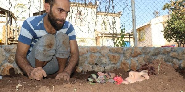 Diyarbakır'da bir grup sanatçı kendi kendilerini toprağa gömdü