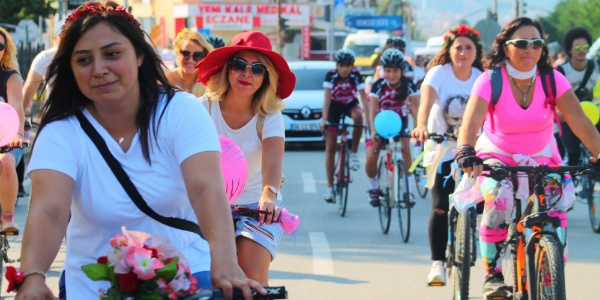 """Giresun'da caddeler """"Süslü Kadınlar""""ın bisikletli etkinliğine sahne oldu"""